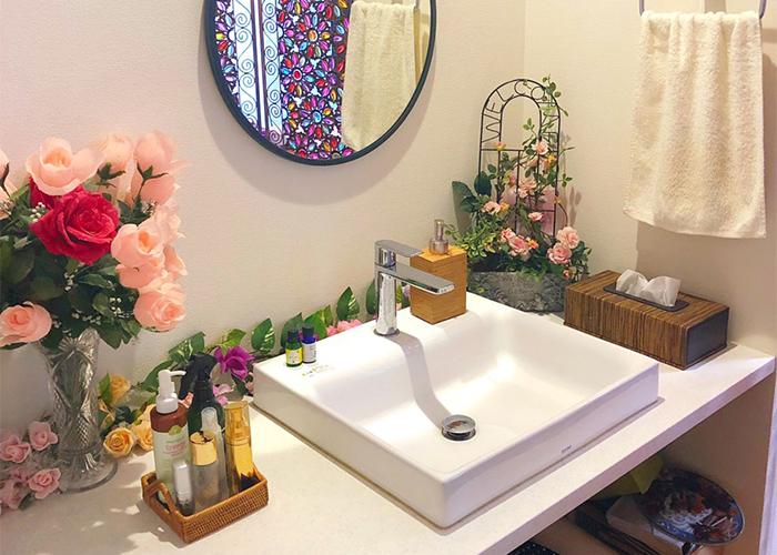お花で飾られた洗面台